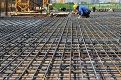 Stålsätta ramen i konstruktionsplats, i konstruktionen av stora byggnader Arkivbild