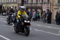 StMotoparad Radfahrer fahren auf die Hauptstra?e von St Petersburg auf dem steilen und das sch?n lizenzfreie stockfotos