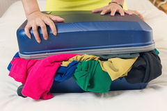 Stäng den överfyllda resväskan Royaltyfri Foto