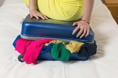 Stäng den överfyllda resväskan Royaltyfri Fotografi