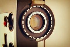 Stäng sig upp av den gamla linsen för den 8mm filmprojektorn Arkivfoto
