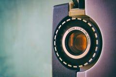 Stäng sig upp av den gamla linsen för den 8mm filmprojektorn Arkivbilder