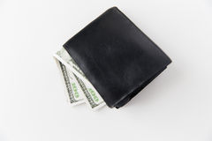 Stäng sig upp av dollarpengar i svart plånbok på tabellen Arkivbild