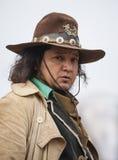 Stäng sig upp av en Cowboy som rider hans häst in i town Arkivfoton