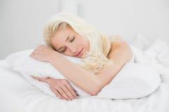 Stäng sig upp av en nätt kvinna som sover i säng Royaltyfri Fotografi