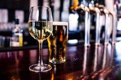 Stäng sig upp av ett exponeringsglas av vin och ett öl Royaltyfri Foto