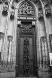 Stäng sig upp av ingången till den gotiska Vysehrad domkyrkan i Prague Arkivbilder