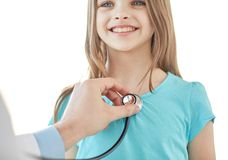 Stäng sig upp av lycklig flicka och doktor på medicinsk examen Royaltyfri Foto
