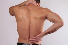 Stäng sig upp av mannen som gnider hans smärtsamma baksida Smärta lättnadsbegreppet Arkivfoto