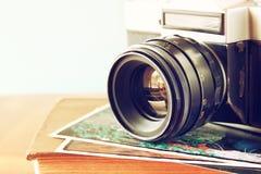 Stäng sig upp fotoet av den gamla kameralinsen över trätabellen den filtrerade bilden är retro Selektivt fokusera Arkivbilder