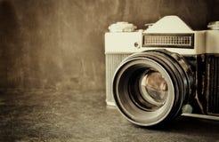 Stäng sig upp fotoet av den gamla kameralinsen över trätabellen den filtrerade bilden är retro Selektivt fokusera Royaltyfri Bild