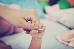 Stäng sig upp händer av modern och behandla som ett barn Royaltyfri Foto