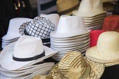 Stäng sig upp på hattar av filt som är till salu på en loppmarknad Arkivfoton