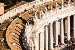Stäng sig upp sikt av kolonnaden med statyer av helgon Royaltyfria Foton