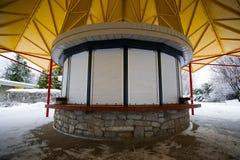 Stängd liten rund Kiosk Arkivbild