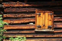 Stängt fönster på ett gammalt lantbrukarhem Royaltyfri Fotografi