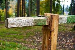 Stängt med porten för låsbarriärstång i skogen Royaltyfria Bilder