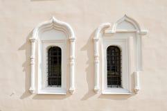 Предпосылка архитектуры Старые окна и архитектурноакустические элементы в здании StNikita в Veliky Новгород, России стоковое фото