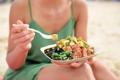 Stoßen Sie Schüsselsalatplatte - einen lokalen Hawaii-Lebensmittelteller Stockfoto
