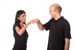 Stoßende Fäuste der indischen Paare Stockbild