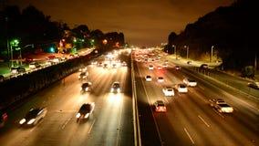Stoßverkehr auf beschäftigter Los Angeles-Autobahn nachts stock video footage