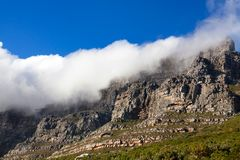 Stołowa góra pod ogromną biel chmurą, głęboki niebieskiego nieba tło, Kapsztad, Południowa Afryka fotografia stock