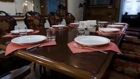 Stołowy położenie w prestiżowej restauracji Głębocy talerze i szklane czara, rozwidlenia na szyku polerowali drewnianego stół a zbiory wideo
