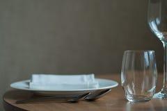 Stołowa ślubna dekoracja z naczynia rozwidleniem i łyżką obrazy stock