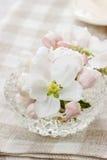 Stołowa dekoracja kwitnąca jabłoń kwitnie w krystalicznym pucharze obraz stock