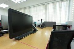 Stołowa praca w biurze z czarnym komputerem Obrazy Stock