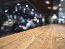 Stołowego wierzchołka kontuaru baru restauracyjny tło z barmanem Obrazy Stock