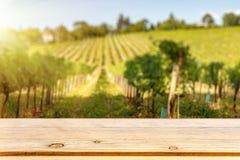 Stołowego wierzchołka szablon przeciw winogradu wzgórzu fotografia stock