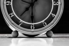 Stołowego zegaru zbliżenie na czarnym tle zdjęcie royalty free