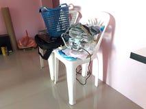 Stołowi krzesła które są upaćkani i cluttered ilustracja wektor