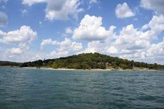 Stołowi Rockowi Jeziorni niebieskie nieba zdjęcie stock