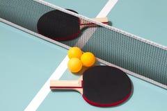 Stołowi tenisowi kanty i piłki obrazy stock