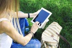 Stołowy komputer osobisty w ręce dziewczyna na natury tle Zdjęcie Royalty Free