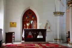 Stołowy krzyż i kwiaty ołtarzowi dla ceremonii wśrodku St Johns Katedralny Peshawar Pakistan obraz royalty free