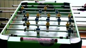 Stołowy mecz futbolowy z żółtymi i błękitnymi graczami zbiory wideo