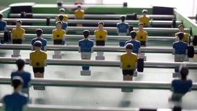 Stołowy mecz futbolowy z żółtymi i błękitnymi graczami zdjęcie wideo