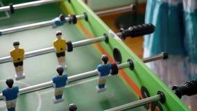 Stołowy mecz futbolowy z żółtymi i błękitnymi graczami zbiory