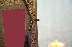 Stołowy odgórnego widoku powietrzny wizerunek dekoraci Ramadan Kareem wakacje tło Mieszkanie nieatutowa data z brown różaniec świ zdjęcie stock