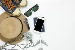 Stołowy odgórny widok akcesoryjne podróży i mody kobiety z technologią Obraz Royalty Free