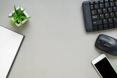 Stołowy odgórny widok biurowy biurko z materiały Zdjęcia Royalty Free