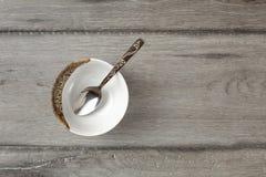 Stołowy odgórny widok na małym pustym porcelana pucharze z srebnym decorat fotografia stock