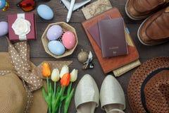 Stołowy odgórny widok strzelał dekoracja Szczęśliwy Wielkanocny wakacje zdjęcia stock