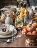 Stołowy położenie dla dziękczynienia Jesień stół z baniami i świeczkami w centrum Obrazy Stock