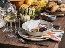 Stołowy położenie dla dziękczynienia Jesień stół z baniami i świeczkami w centrum Zdjęcie Royalty Free