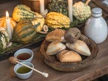 Stołowy położenie dla dziękczynienia Jesień stół z baniami i świeczkami w centrum Drewniany puchar z chlebem i dwa małym pucharem Zdjęcie Royalty Free