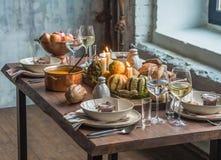 Stołowy położenie dla dziękczynienia Jesień stół z baniami i świeczkami w centrum i osobistym komplemencie Fotografia Royalty Free